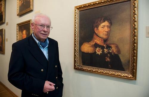 Організатор виставки - Борис Пілар фон Пільхау у портрета свого предка - генерал-майора Єгора Максимовича Пілар фон Пільхау