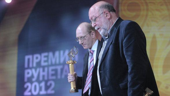 """Радник головного редактора РІА """"Новини"""" Петро Романов під час отримання нагороди"""