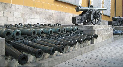 Московський Кремль. Наполеонівські гармати під стіною Арсеналу